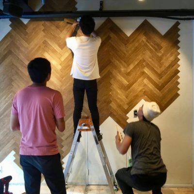 スタッフと協力してヘリンボーンの壁製作!